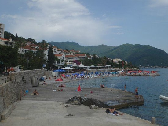 Hotel Perla: Herceg Novi, walking from the hotel along the beach