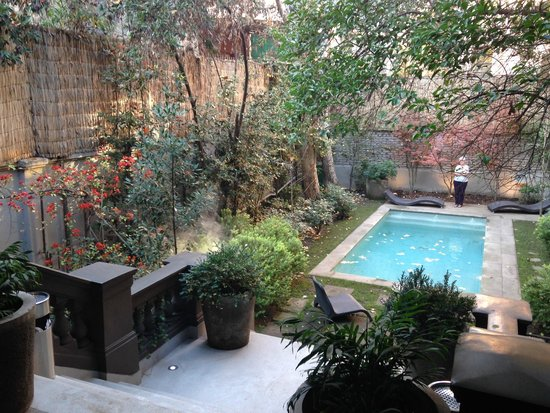 Lastarria Boutique Hotel: Garden and outdoor pool