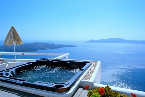 Sunset Hotel: the jacuzzi overlooking the caldera was the highlight of the hotel