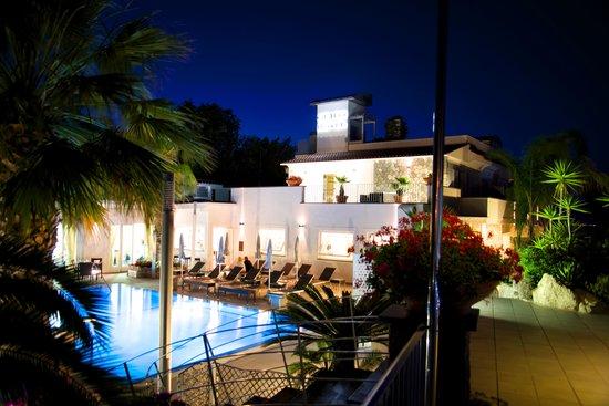 Grifo Hotel Charme & SPA : Poolanlage + Hoteleingang