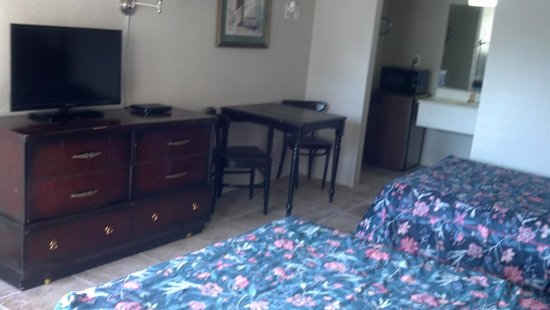 Micanopy Inn Rooms include flat screen TVs, microwave, and a mini fridge.