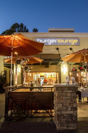 Burger Lounge: Warm patio during the day and at night