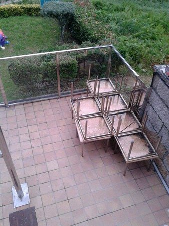 Hotel Inffinit Sanxenxo: terrace tables long unused