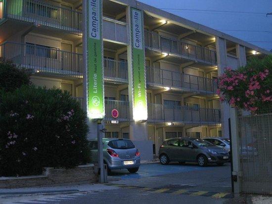 Campanile Montpellier Est - Le Millénaire : Fachada del hotel y Parking