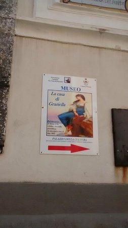 Museo Casa di Graziella: Indicazione sul muro del palazzo