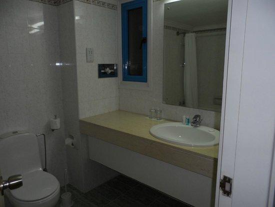 Kissos Hotel: Bathroom