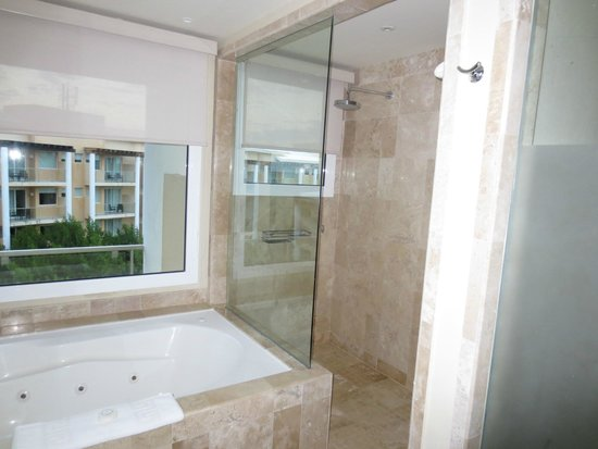 Now Jade Riviera Cancun : Our spectacular glass shower/tub overlooking the entire resort...