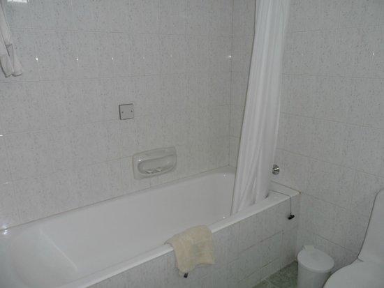 Kissos Hotel: Clean Bathroom