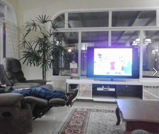 Hotel Galo Vermelho: Área de TV, onde assistimos ao jogo do Brasil com muita animação.
