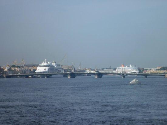 Neva Embankments: Navi da crociera sulla Neva