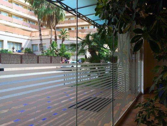 Hotel Les Palmeres : Выход из отеля