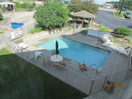 Sleep Inn & Suites Lake of the Ozarks: outdoor pool in the morning (busier in afternoon)