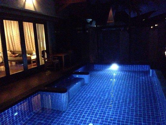 Nora Buri Resort & Spa: Private pool at night