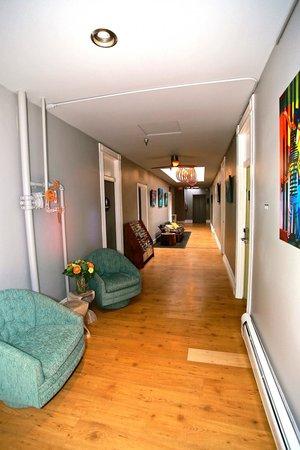 Hostelling International San Diego Downtown: Hallway Communal Area