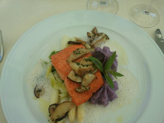 Auberge Des Clefs: Wild salmon with canadian mushroom on white aspargus
