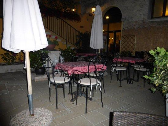 Locanda La Corte : Courtyard by night