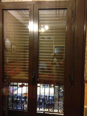 Pension Villanueva: Window blinds