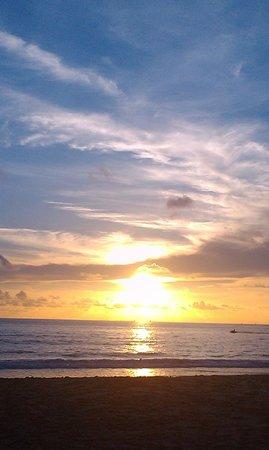 Thavorn Palm Beach Resort: Закат на пляже