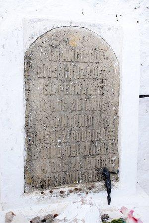 Iglesia de la Santísima Trinidad: Lápida sobre las tumbas de dos bandoleros legendarios siglo XIX El Pernales y El Niño del Arahal