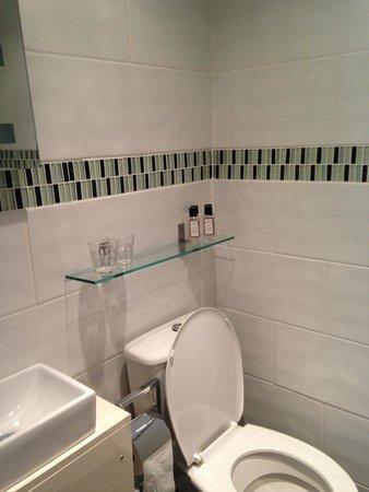 Shananagens Guest House : En suite shower room