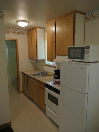 Ocean Suites: Kitchen (full-size fridge - nice!)