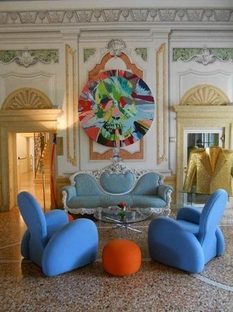 Byblos Art Hotel Villa Amista: Hirst Skull in Entry Salon