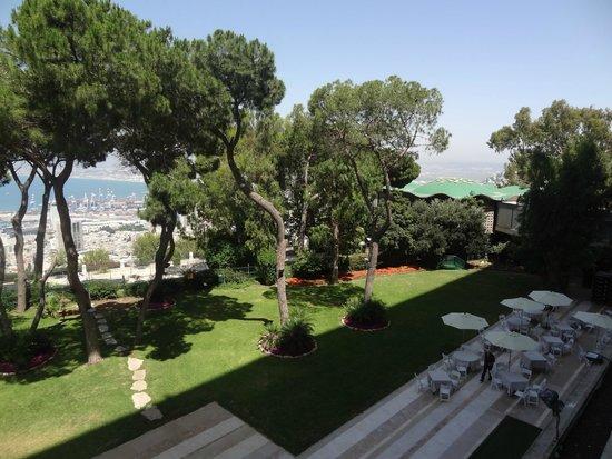 Dan Carmel Haifa: Vista de parte do jardim do hotel