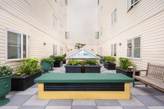 Mediterranean Inn: Courtyard