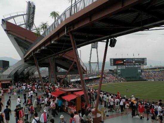 """MAZDA Zoom-Zoom Stadium Hiroshima : JR側ゲートから入ると頭上には巨大な""""橋""""が"""
