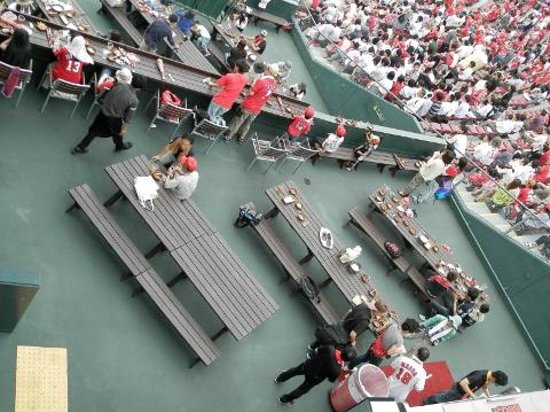 "MAZDA Zoom-Zoom Stadium Hiroshima : 内外野の間にある通称""びっくりエリア""ではBBQが楽しめます"