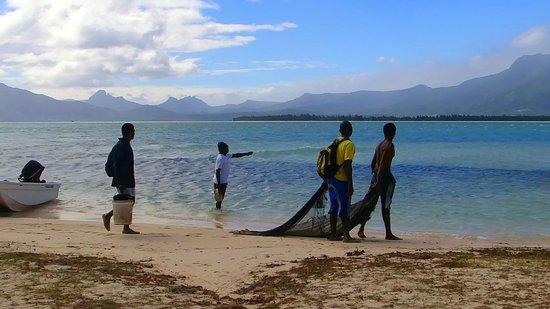 Beachcomber Dinarobin Hotel Golf & Spa: Pescadores autóctonos en la playa del hotel