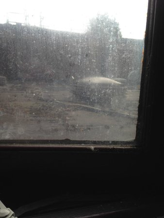 Britannia Country House Hotel & Spa : Filthy window