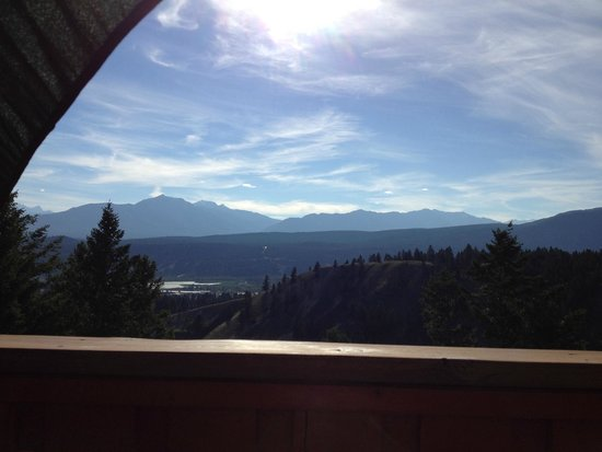 Rocky Mountain Springs Lodge and Restaurant: Evening Deck view