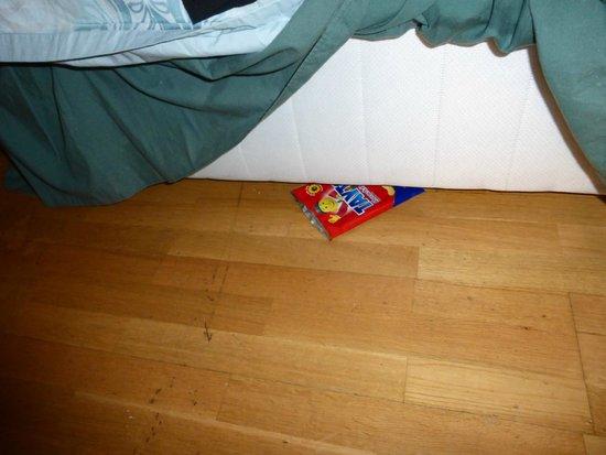Annie Mays B&B: Un paquet de chips vide trouvé sous le lit