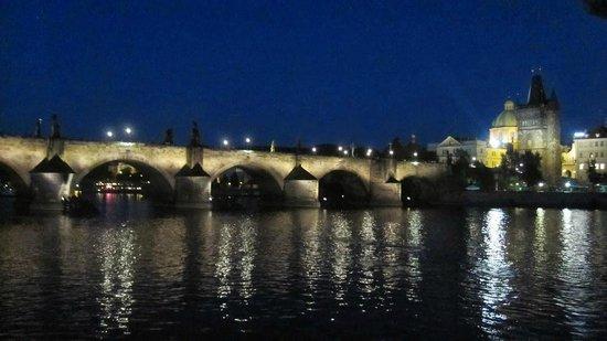 Charles Bridge: Puente de Carlos (paseo en barco por el río Moldava)