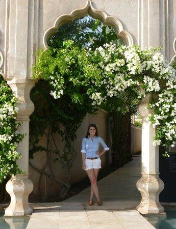 Palais Namaskar: Flower passage