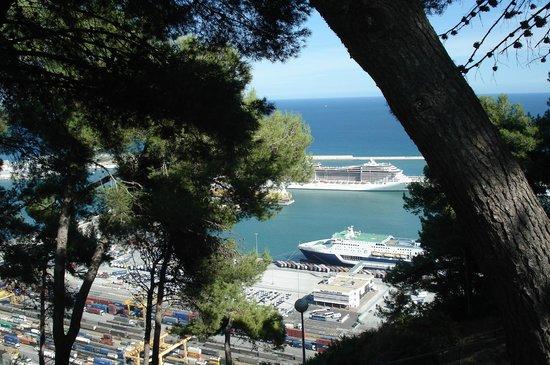 Parque de Montjuic (Parc de Montjuïc): вид из крепости на новый порт