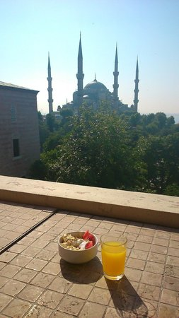 Hotel Turkoman: Breakfast on the Terrace overlooking the Blue Mosque