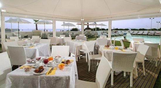 Hotel Mediterraneo: ricca prima colazione a bordo piscina