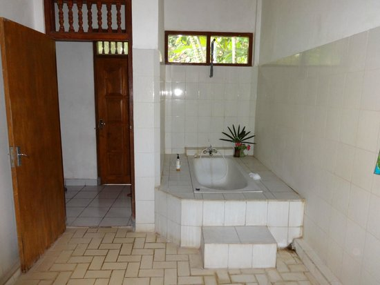 Grya Sari - the Bali Hot Springs Hotel: Bathroom
