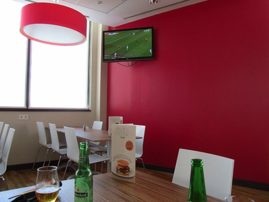 Travelodge Valencia Aeropuerto: sala de pequenos almoços / restaurante / bar