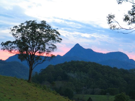 Hillcrest Mountain View Retreat : storm coming over mount warning