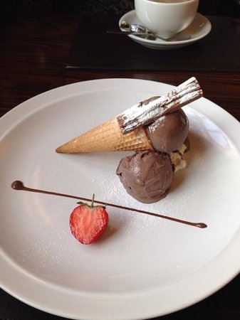 Travellers Rest: Beautifully presented chocolate ice cream