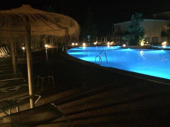 Barcelo Punta Umbria Beach Resort: Un charme fou de nuit cette piscine