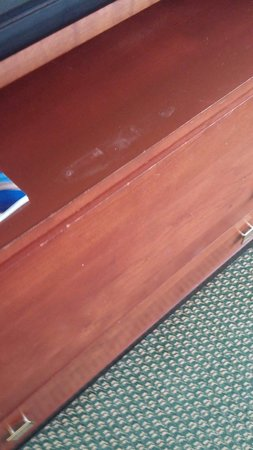 DoubleTree by Hilton - Washington DC - Crystal City: Worn dresser