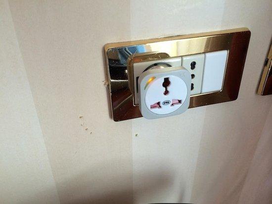 Hilton Molino Stucky Venice Hotel: Wall paper damaged