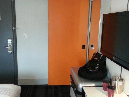 Row NYC Hotel: Porta de correr do banheiro