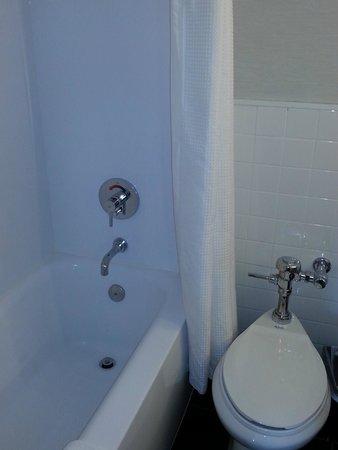 Row NYC Hotel : Banheira e vaso sanitário