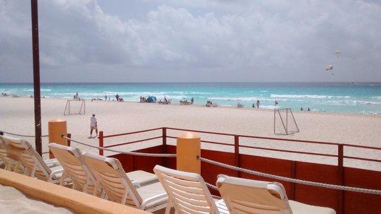 Fiesta Americana Condesa Cancun All Inclusive: Vista do deck e do campo de futebol de areia e praia em frente
