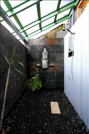 The Lotus Garden Hilo: Outdoor shower